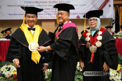 Pengukuhan Guru Besar UPNVJ, Prof. Dr. Dr. med. dr. A.B. Susanto,S.E., M.A., CPM.